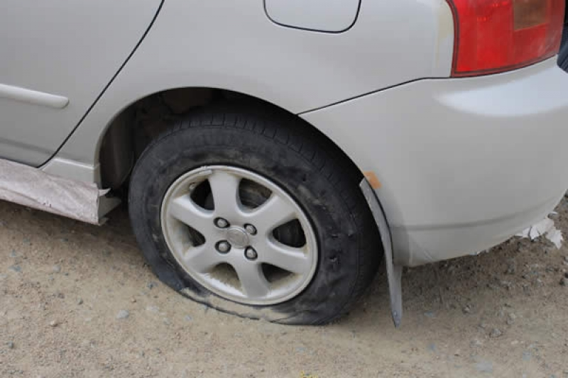 Что делать, если на скорости пробило колесо