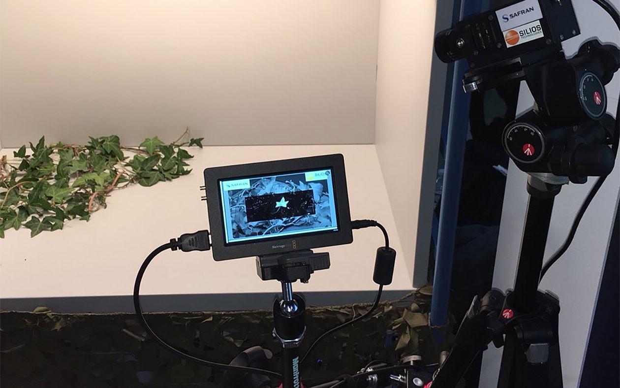 Издание Zone Militaire сообщила о том, что французским учёным удалось разработать мультиспектральную камеру, которая поможет военным обнаружить противника использующего даже самый сложный рисунок на камуфляже. Разработкой данной камеры при поддержке Главного управления вооружения (DGA) Минобороны Франции занималась компании SME Silios Technologies и Safran. Созданная ими 2SID-камера (Super-Spectral Imaging Device) распознаёт практически полный спектр электромагнитных волн, в том числе и те волны, которые совершенно не заметны человеческому глазу. Полученную «картинку» устройство передаёт на дисплей спецкамеры. После чего происходит расшифровка в девяти спектральных диапазонах, что позволяет получить гораздо больше информации. « Камера может уловить и обработать девять изображений одновременно в видео частота кадров, предоставления разрешения непревзойденный. Это тысячи данных, обрабатываемых в режиме реального времени, позволяя достичь анализа данных совсем по новому», - говорит DGA, для которых эта технология является «единственной в мире ». « То, что делает этот проект уникально, удалось миниатюризировать размер камеры и при этом сделать её супер мощной. Она может быть интегрирована в видоискатели, в шарики gyrostabilisées, или бинокль», - считает сотрудник DGA, который представил эту камеру на «Форуме Инноваций », который 7 декабря прошлого года.