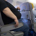 Пассажира заклинило в кресле самолёта из-за полного соседа